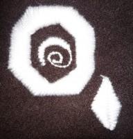 проба машиной вышивки сатином с повторяющимся стежком шерстяными нитками