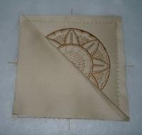 вышитая подставка-конверт одевающаяся на ножку бокала шаг 18