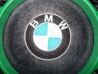 машинная вышивка лого BMW на кожзаме 02