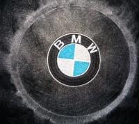 машинная вышивка лого BMW на кожзаме 03
