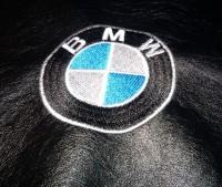 машинная вышивка лого BMW на кожзаме 04