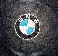 машинная вышивка лого BMW на кожзаме 06