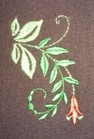 пример машинной вышивки одного дизайна разного цвета нитками на разного цвета тканях 03