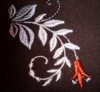 пример машинной вышивки одного дизайна разного цвета нитками на разного цвета тканях 02