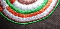пример машинной вышивки одного дизайна разного цвета нитками на разного цвета тканях 04